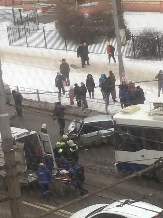 В Волгограде при столкновении с троллейбусом пострадал водитель ВАЗа