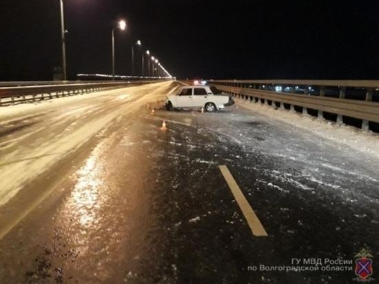 Водитель ВАЗа ночью протаранил ограждение «танцующего» моста
