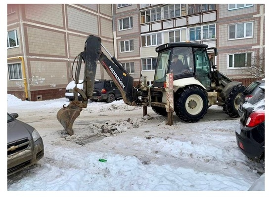 Во дворах Серпухова рабочие проводят уборку снега
