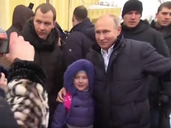 Путин обнял и успокоил расплакавшуюся девочку