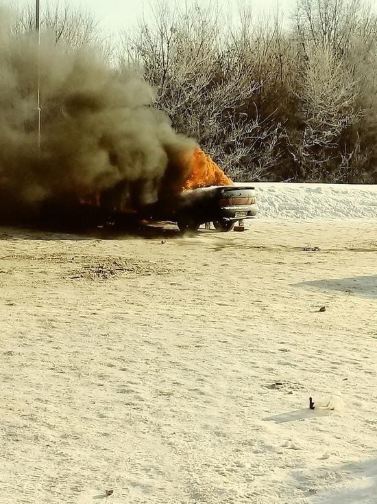 Ульяновцы спасали автомобили от горящего рядом ВАЗа
