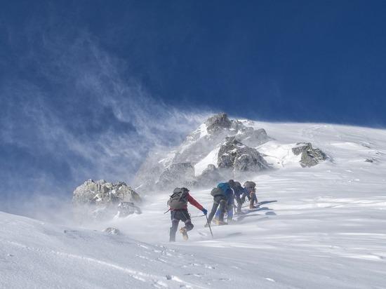 Более 10 погибших: снежные лавины и ветер ударили по Европе