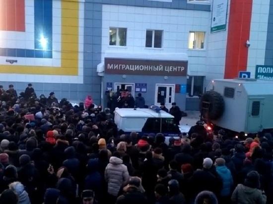 Сотни мигрантов стояли на морозе с 5 часов утра, чтобы получить разрешение на временное проживание в России