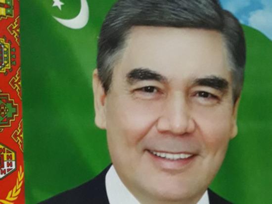 Госучреждения Туркменистана закупают новые портреты президента из-за его седины