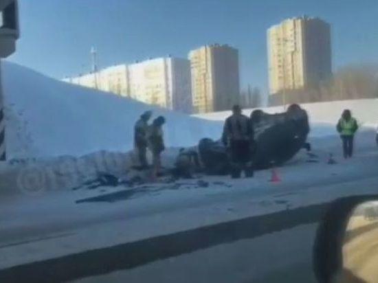 В Набережных Челнах автомобиль вылетел под мост