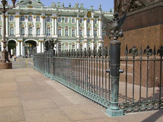 С ограды Александровской колонны в Петербурге исчез двуглавый орел