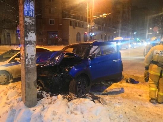 Кроссовер после ДТП врезался в столб в центре Калуги