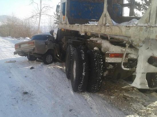 В Бурятии водитель «легковушки» врезался в грузовик и погиб