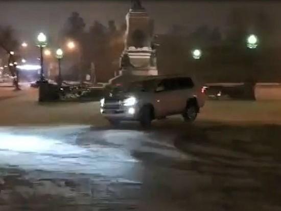В Иркутске ищут водителя, дрифтовавшего у памятника Александру III