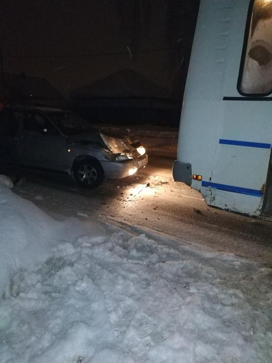 В Кемерове столкнулись легковая машина и маршрутное такси