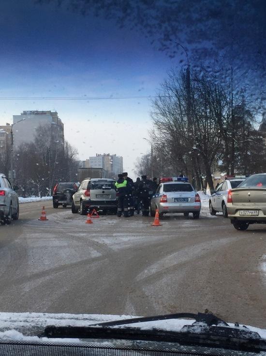 В Твери столкнулись три автомобиля, перекрыв полосу для движения