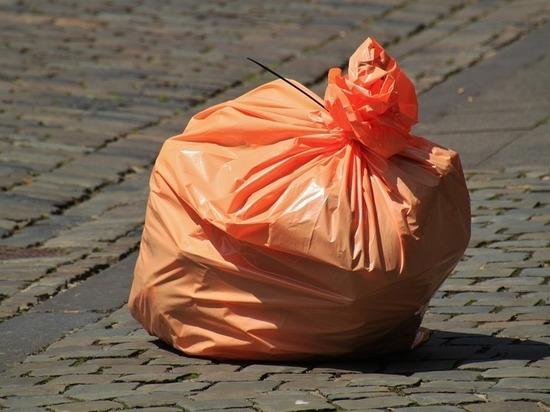 Драку мужчин из-за мусора запечатлела  камера  в Краснодаре
