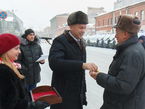 Новосибирский губернатор вручил медикам новые машины «скорой помощи»