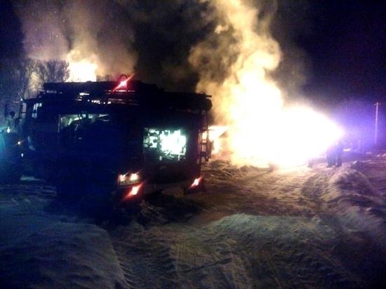 Мощный пожар уничтожил дом и баню в Боровском районе