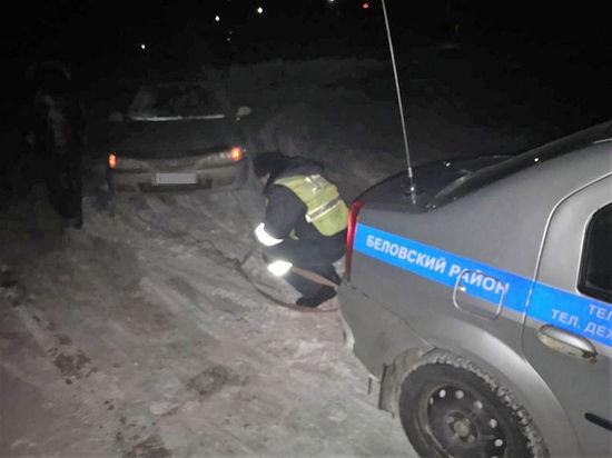 Автомобиль с двумя детьми заглох посреди кузбасской трассы на холоде