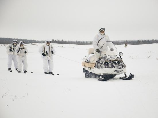 Разведчики Северного флота осваивают броски в тыл врага на снегоходах