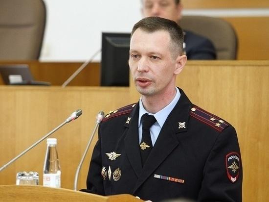 Главный инспектор МВД подвернул ногу, открывая дверь служебного кабинета