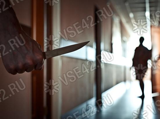 В Междуреченске мужчина ударил знакомую ножом из-за смартфона