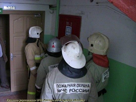 Шесть человек тушили горящий в доме мусор в Тверской области