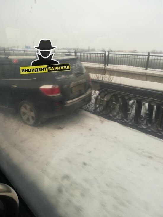 Автомобиль врезался в столб на Новом рынке в Барнауле
