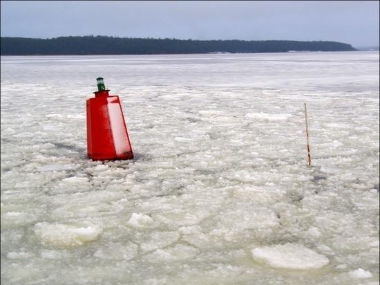 Трактор в Тверской области чистил дорогу и провалился под лёд