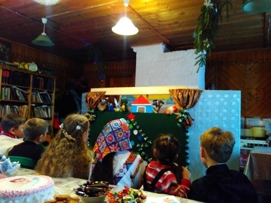 Дети в Тверской области пели рождественские песни и показывали кукольный спектакль