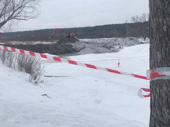 Рабочие вынуждены менять русло реки Барнаулки