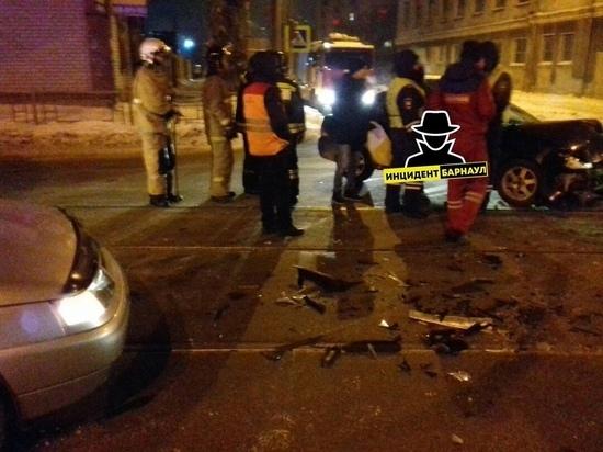 Авария с участием такси случилась на трамвайных путях в Барнауле