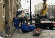 Рабочие разбились, вывалившись из неисправной строительной люльки в центре Москвы