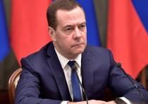 Медведев намекнул на отмену длинных новогодних каникул: народ не поймет