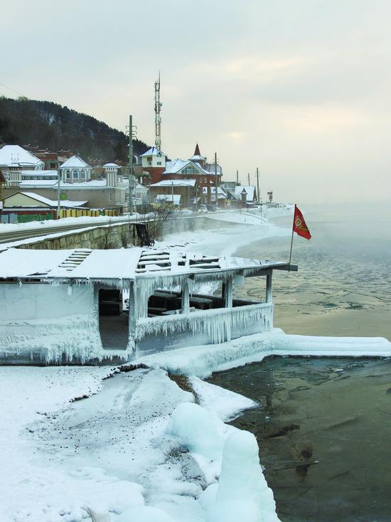 Моржи устроили рождественский заплыв на Байкале