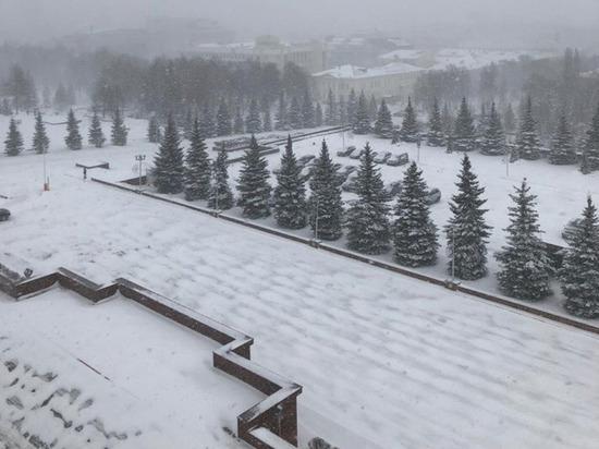Хабиров следит за уборкой снега из окна кабинета