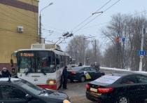 Троллейбус, маршрутка и такси не поделили перекресток в Твери