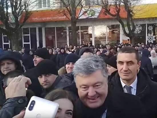 Порошенко выбил смартфон из рук украинца