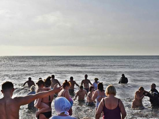 Прорубей в Крыму нет - на Крещение народ окунался в море