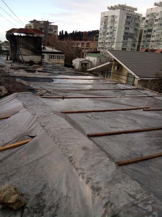 Полгода жители многоквартирного дома в Кореизе остаются без крыши