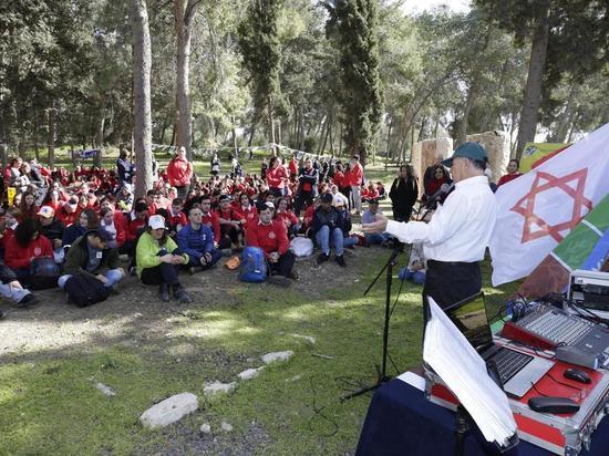 Около 500 волонтеров и детей с особыми потребностями приняли участие в традиционных посадках Ту би-Швата