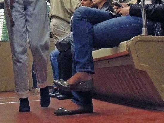 Пассажиров метро попросят не класть ногу на ногу