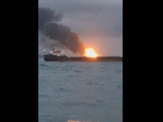 Спасатели приступили к тушению горящих в Черном море судов