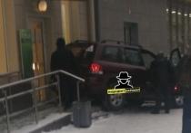 Барнаульцу стало плохо за рулем и он протаранил крыльцо банка