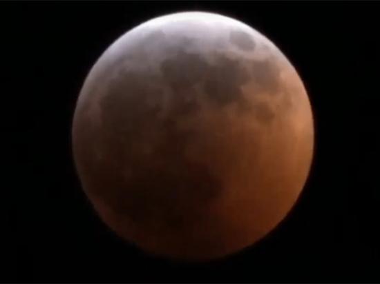 Астрономы запечатлели падение метеорита на «кровавую» Луну