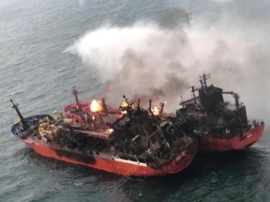 Течение вынесло горящие танкеры в территориальные воды России