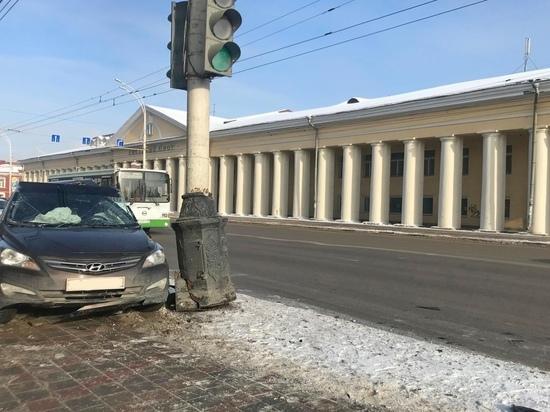 В центре Тамбова иномарка врезалась в столб