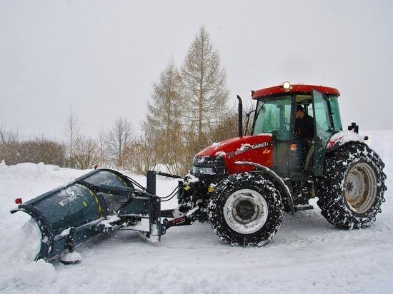 Припаркованные на обочинах автомобили мешают уборке снега