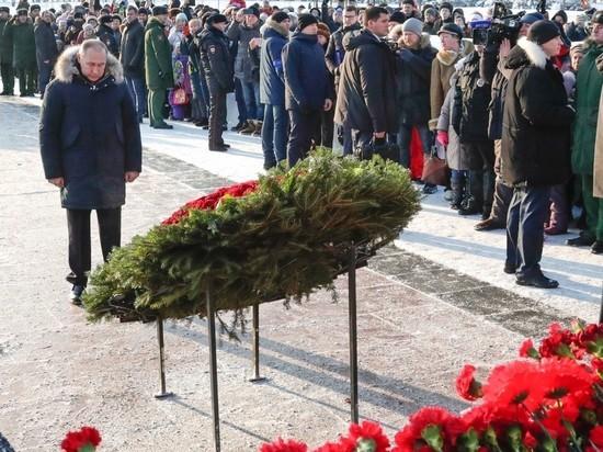 Путин возложил цветы на Пискаревском кладбище Петербурга