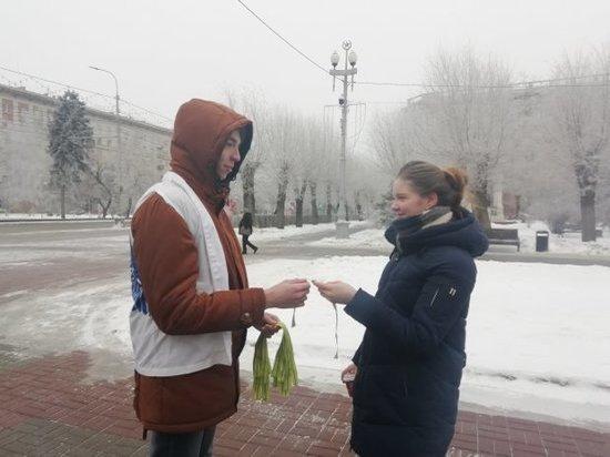 Волгоградцам раздали оливковые ленты в память о ленинградской блокаде