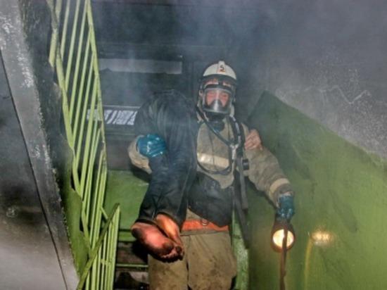 В Смоленске на Урицкого пожарные вынесли мужчину из горящей квартиры