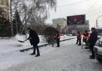 Все равны: чиновник отобрал лопату у дворников и начал чистить центральный проспект