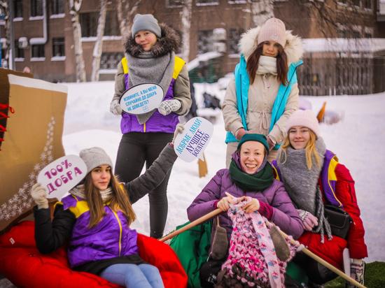 На празднике в Петрозаводске связали самый длинный карельский шарф