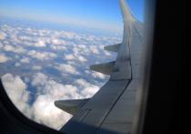 Самолет одной из российских авиакомпаний, совершавший рейс из Санкт-Петербурга в Анталье, был вынужден совершить незапланированную посадку в Сочи из-за буйного пассажира